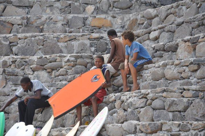 voce conhece a escolinha kabungo surf school no tarrafal de santiago   u2013 blog sem acentos  u0026quot made